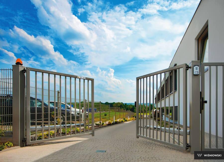 промышленные ворота наружнее открытие